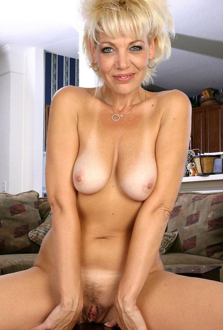 Naked blond mature woman — pic 4